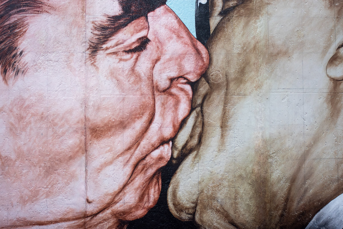 East Side Gallery в Берлине. Там где Брежнев среди этой смертной любви © Техномод