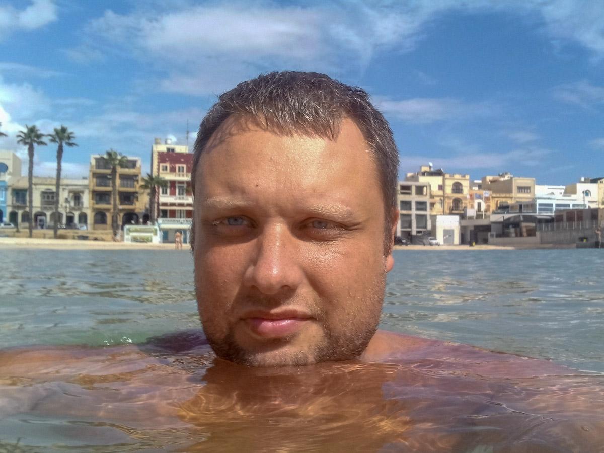 Новый Ulefone Armor 5 я опробовал во время поездки на Мальту, где перед защищенным смартфоном были поставлены максимальные задачи. Требовалось, чтобы аппарат мог работать несколько дней без подзарядки, поддерживал несколько SIM-карт, справлялся с навигацией и делал хорошие фотоснимки. Забегая вперёд скажу, что остался доволен своим выбором. Внешний вид ааа Технические характеристики ааа Защита данных Помимо стандартной разблокировки с паролем и PIN-кодом в Ulefone Armor 5 предусмотрен сканер отпечатка пальца и лица. Можно одновременно использовать сразу все способы разблокировки. Сканер отпечатка для меня является привычным и классическим решением, а разблокировка по лицу выручает, когда руки в перчатках. Не боится соленой воды Берега Мальты омывает Средиземное море, которое очень соленое. Изначально я переживал, что защита Ulefone Armor 5 рассчитана лишь на пресную воду. Наделе выяснилось, что смартфон неплохо работает и в соленой морской воде и не дает проникнуть внутрь назойливому пляжному песку. Защищен аппарат по международному сертификату IP-68 и может стабильно работать на глубине до 1,5 метров при температурах от -40 до +60 градусов Цельсия. Разработчиком неплохо бы было сделать специальную блокировку для использования под водой и продумать управление камерой с помощью боковых кнопок. Ведь сенсорный экран находясь в воде перестает реагировать на прикосновения. Кстати, я использовал смартфон в качестве экшн-камеры и смог сделать неплохие морские фотографии. Бесконтактные платежи Не люблю носить с собой наличные деньги, только небольшую сумму для оплаты такси или общественного транспорта. Наличие NFC-чипа с поддержкой бесконтактных платежей — идеальное решение для меня. Поднёс смартфон к терминалу и готово, а банковские карточки держишь в надежном месте. Навигация ааа Фотокамера Мне понравились фотографии, которые я сделал во время свой поездки с помощью Ulefone Armor 5. С тыловой стороны находится две камеры 16 Мп и 5 Мп, которые идеально дополняют друг друга