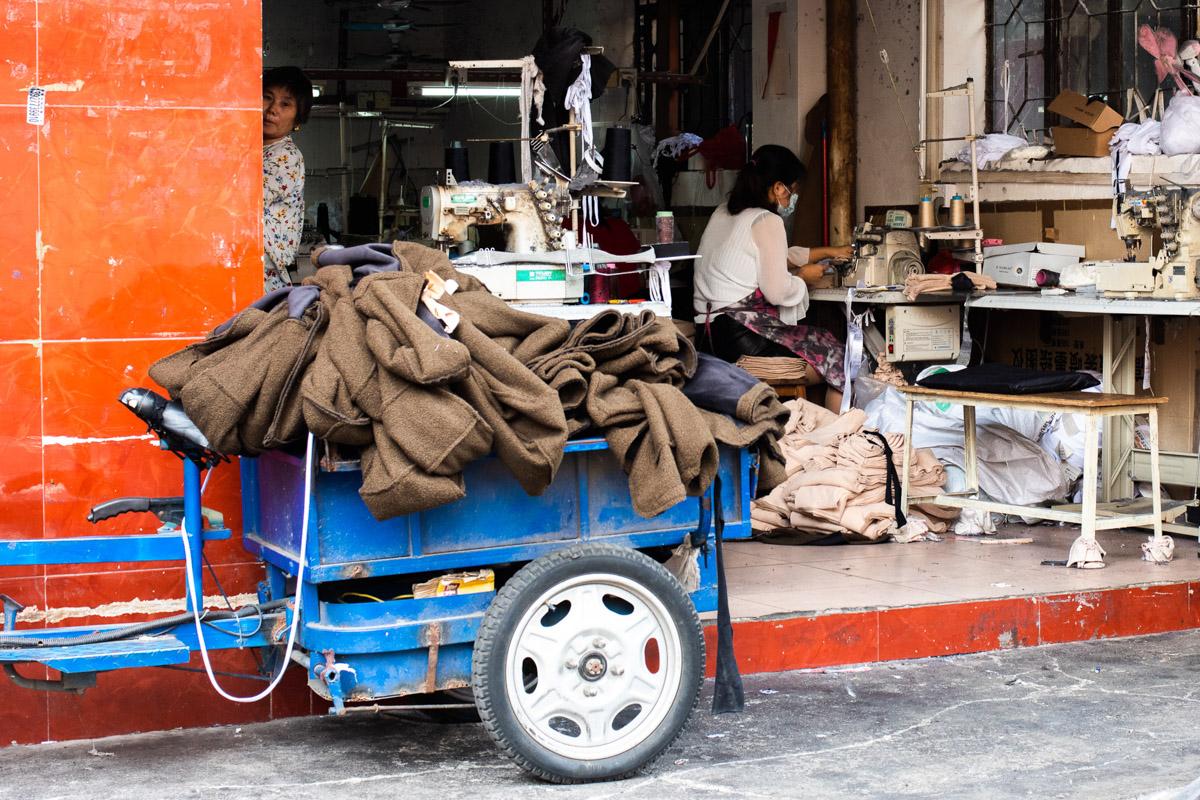 Фотопрогулка по улице подпольных фабрик одежды в Китае © Техномод