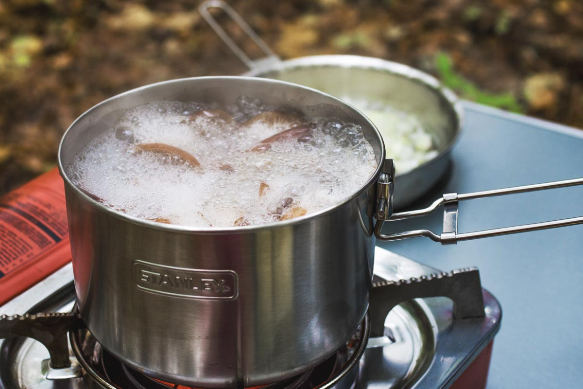 Готовим грибы с картошкой в лесу с туристическими наборами посуды Stanley © Техномод