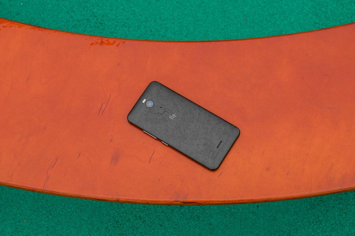 Обзор смартфона для влюбленных в селфи Fly FS520 Selfie 1 © Техномод