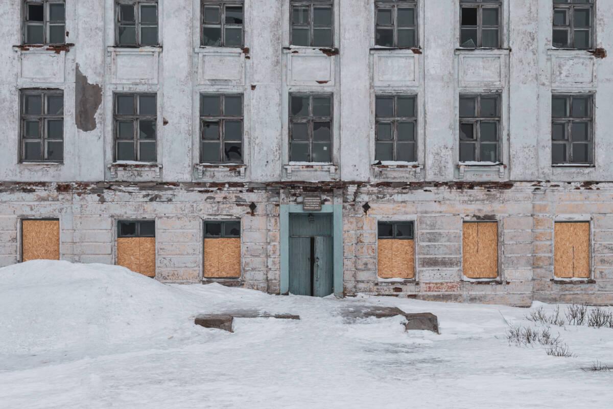 Заброшенная школа в Териберке © Техномод