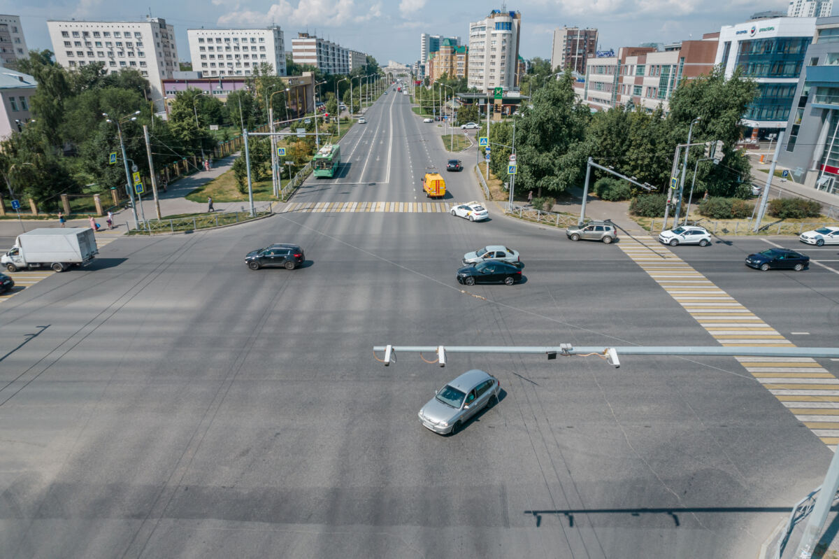 Перекресток улиц Назарбаева и Павлюхина в Казани контролируемый комплексом «Автоураган» © Техномод