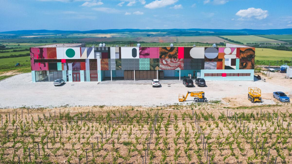 Здание винодельни SORT в посёлке Раевское © Техномод