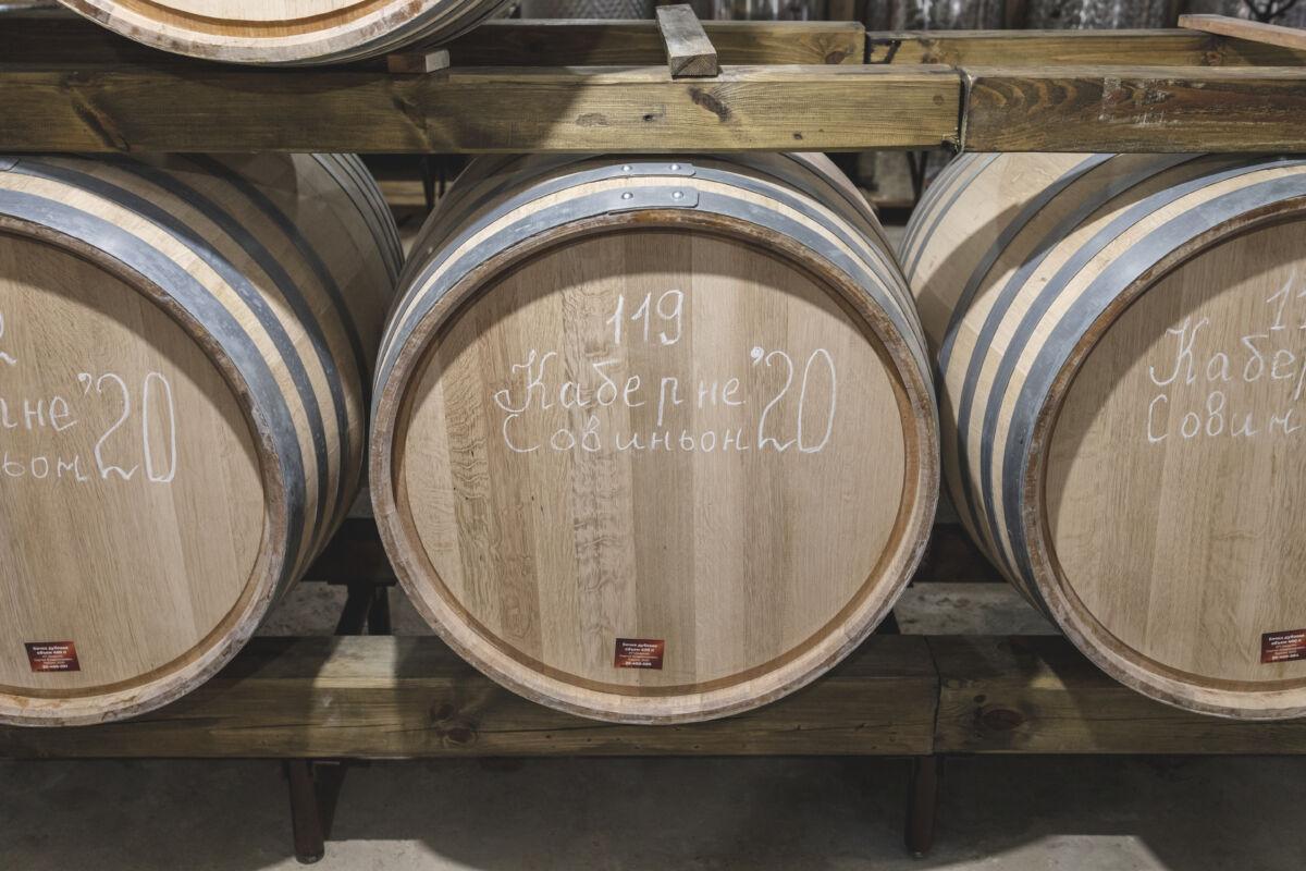 Бочки с вином 2020 года в «Винной деревни» © Техномод