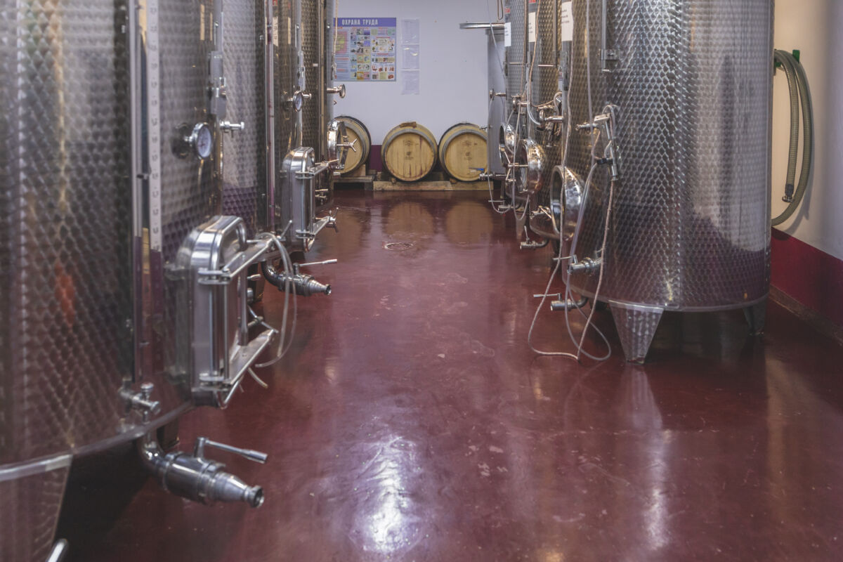 На небольшом производстве семейной винодельни «Винотеррия» © Техномод